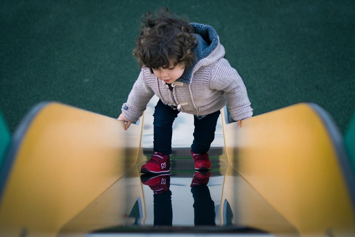 Luca subiendo solo por el tobogán al revés