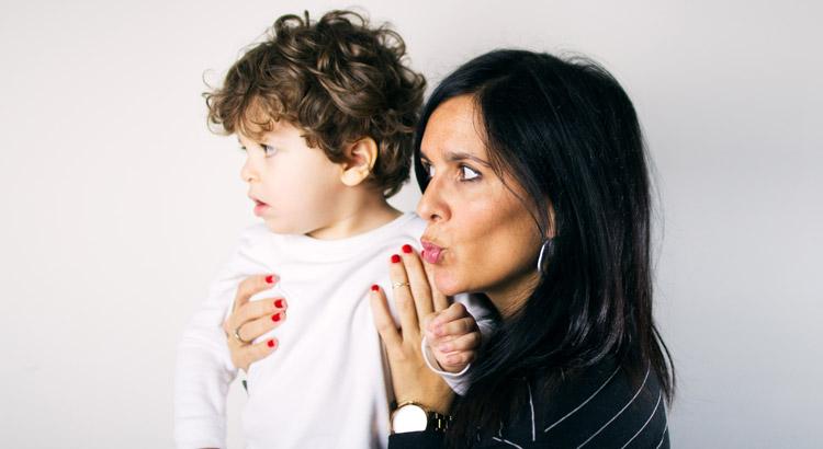retrato de madre y hijo mirando hacia un lado
