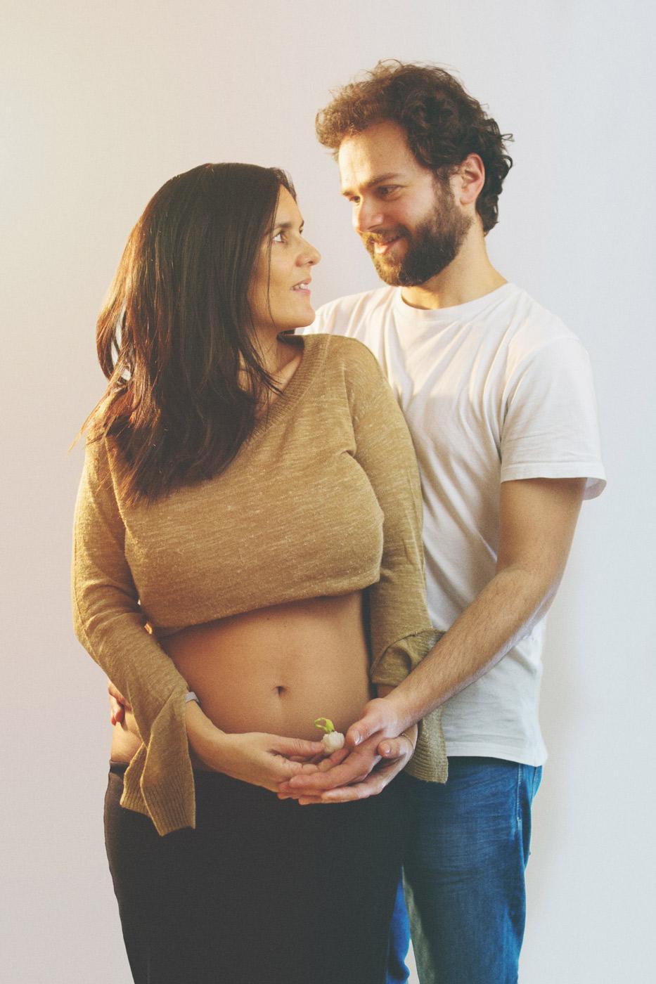 autorretrato original de embarazo donde padre y madre sujetan la semillita