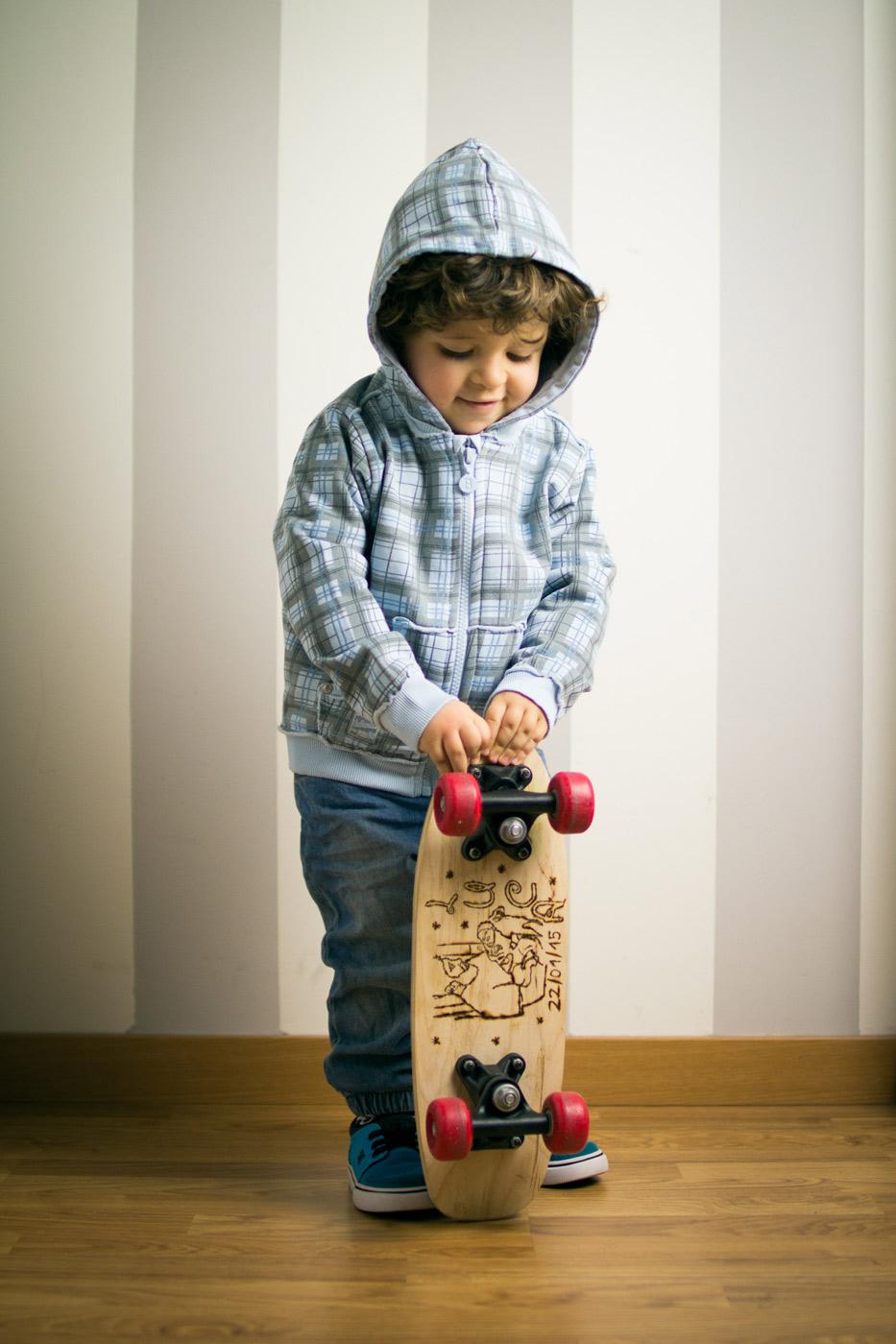 luca con el skateboard en su habitación