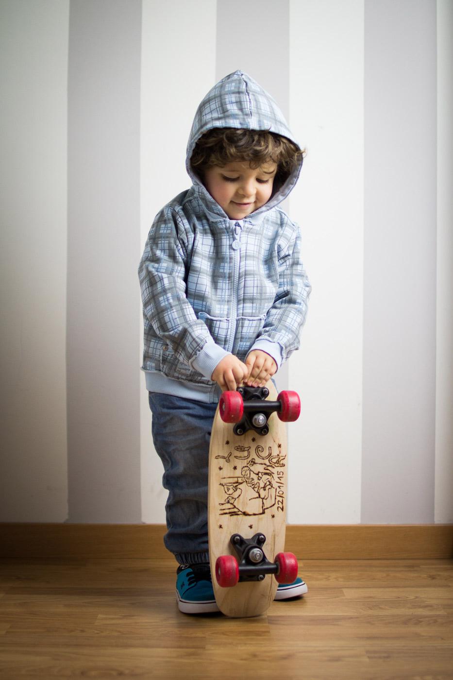 luca en su habitación con el skateboard