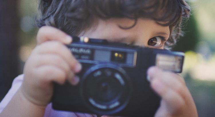 niño de dos años sacando una foto lomography