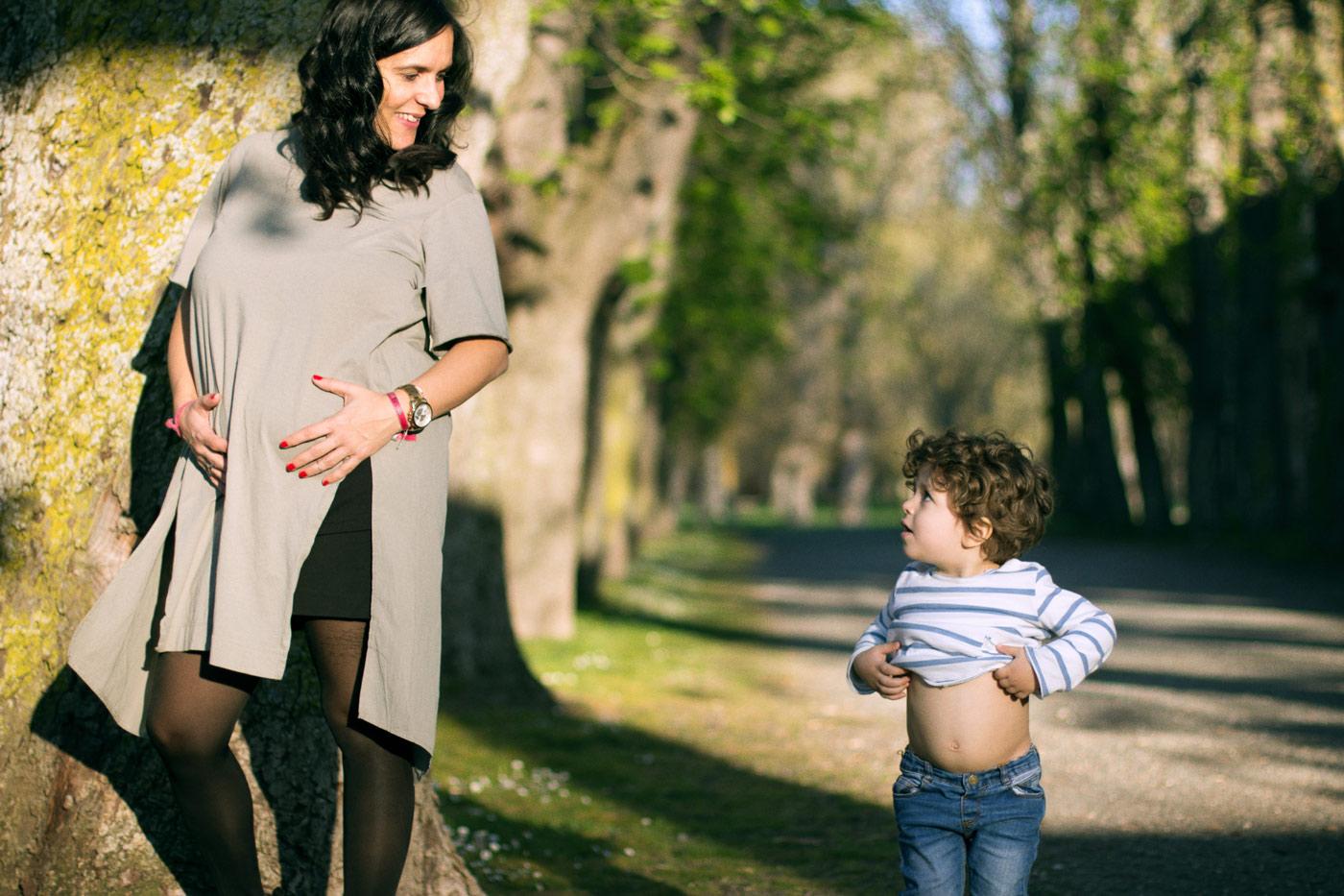 hijo imitando su madre embarazada descubriendo su barriga