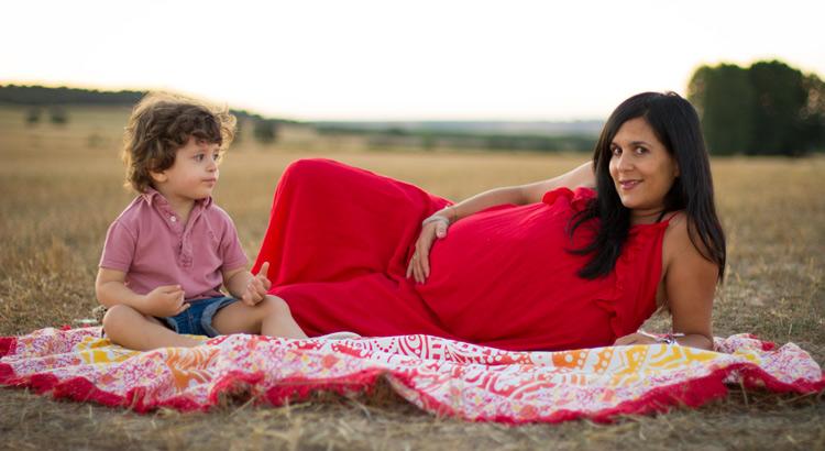 madre y hijo sentados en el campo haciendo un pic nic