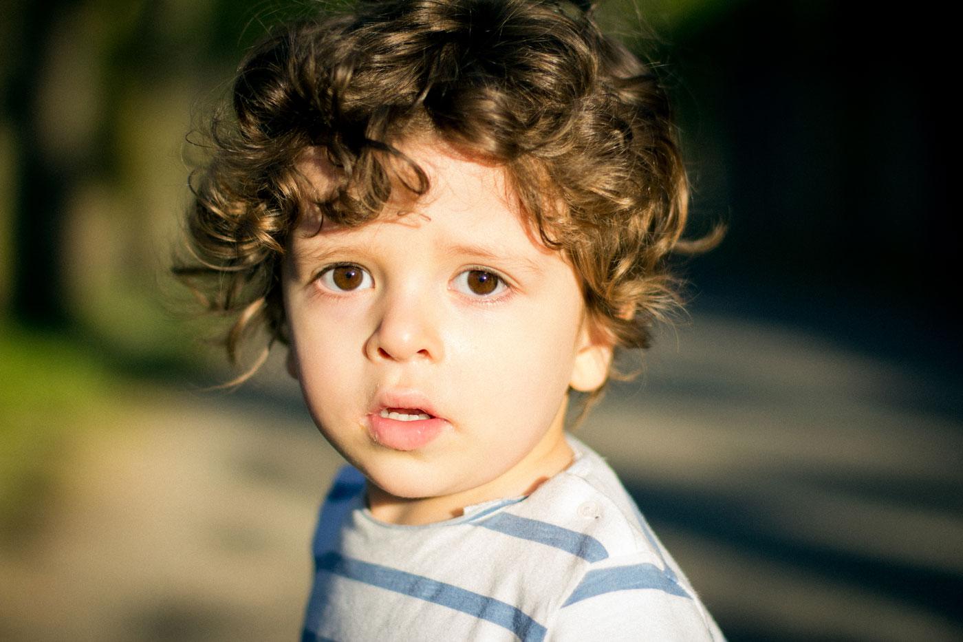 retrato de mi hijo Luca con una luz frontal en la hora dorada