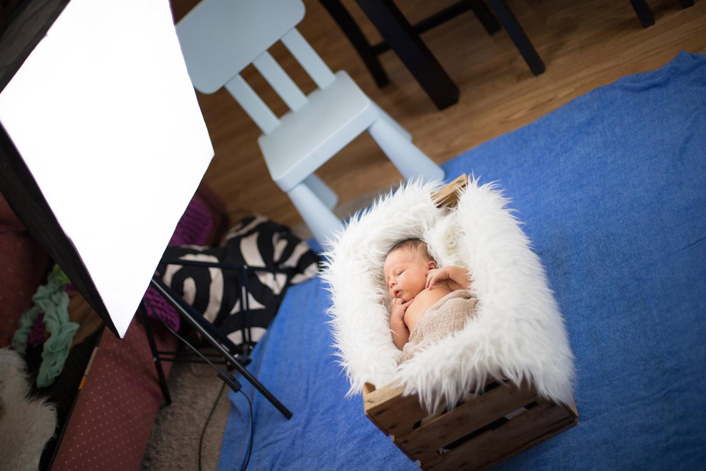 puesta en escena para fotografía newborn con luz continua