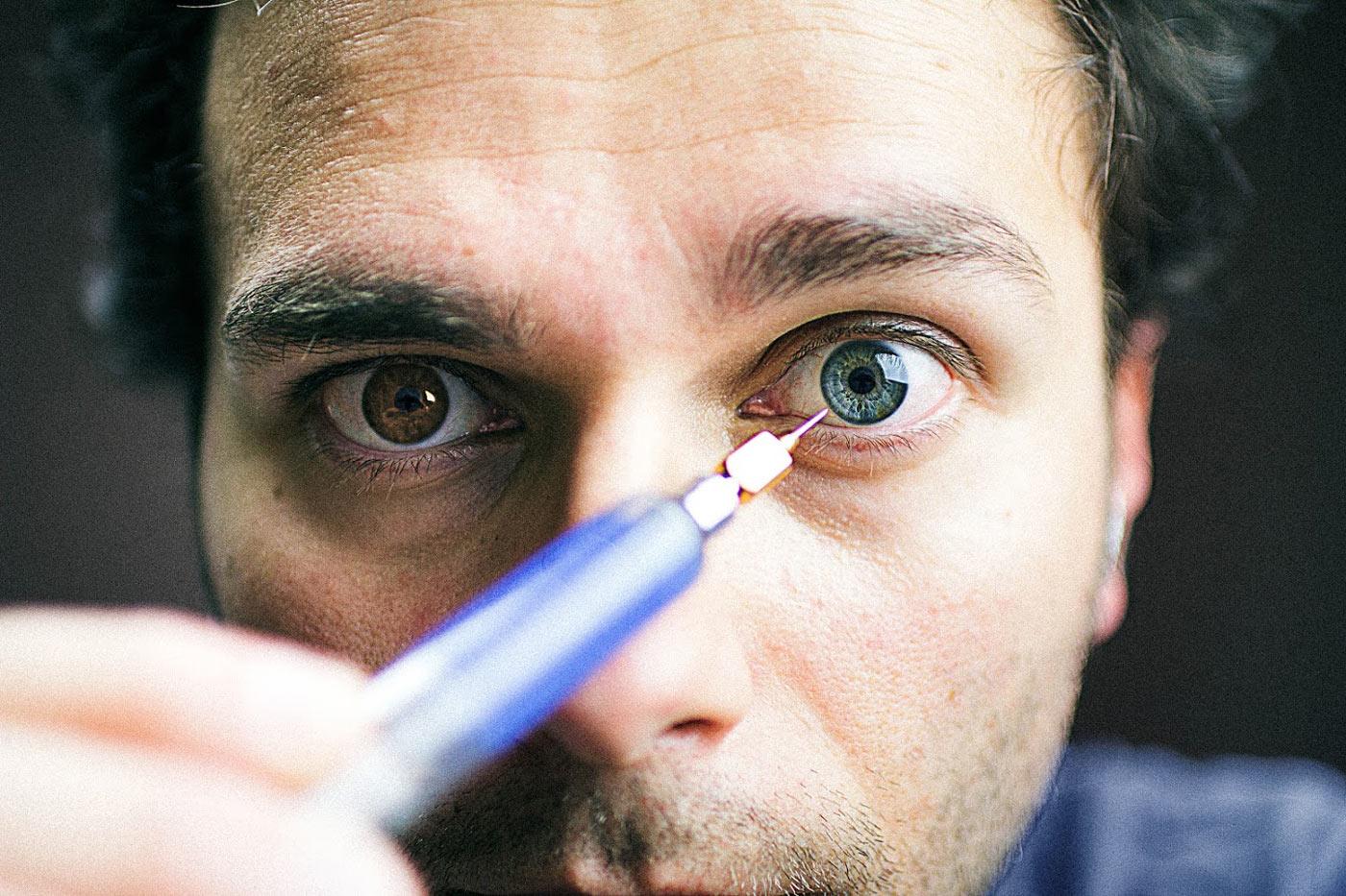 autorretrato inyectandome color azul en los ojos