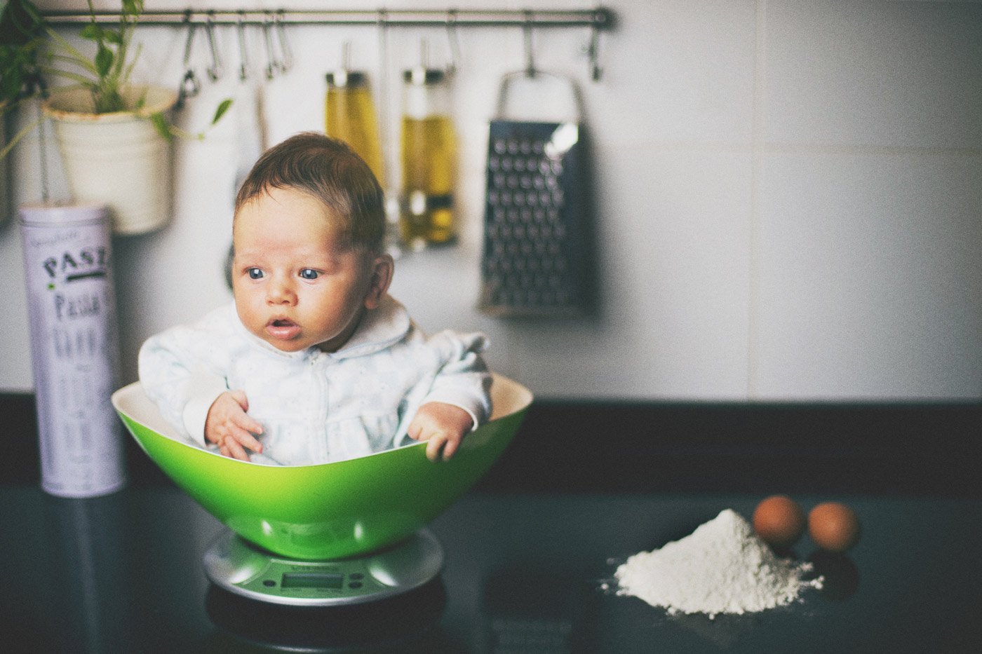 niño en la cocina como parte de una receta para niños comestibles