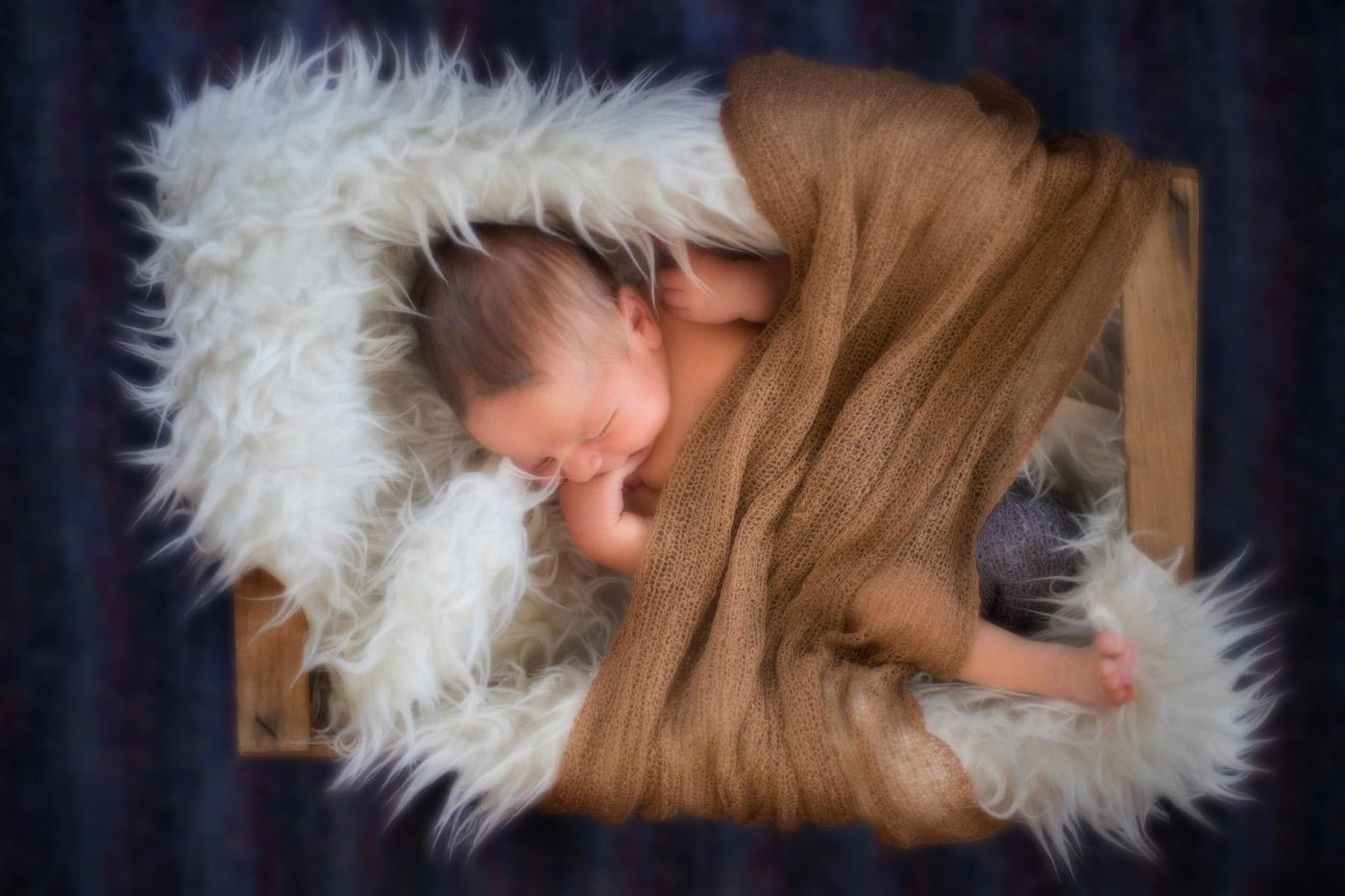 bebé en caja de madera desde arriba