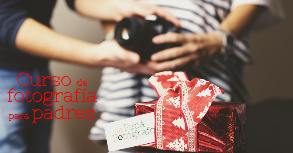 Caja de regalo con una cámara al fondo desenfocada