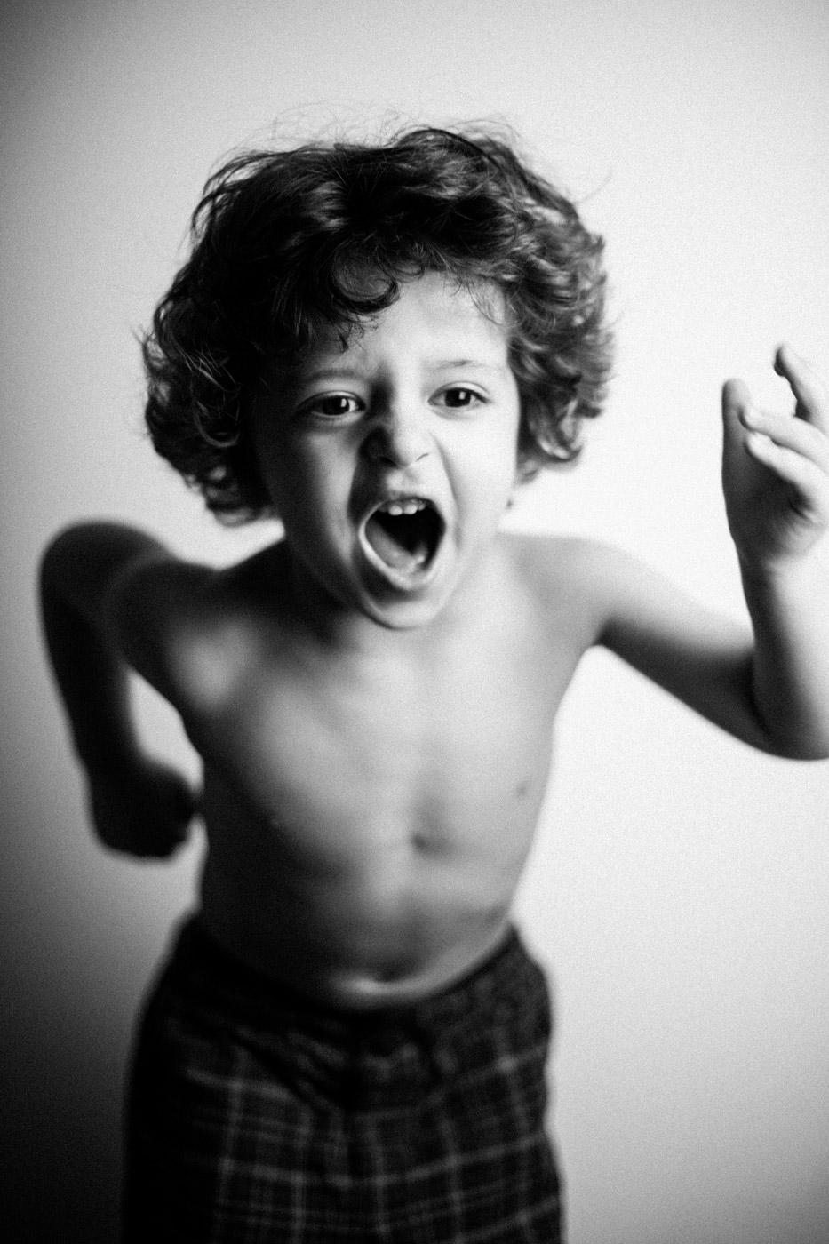 retrato de un niño saltando con fuerza en blanco y negro