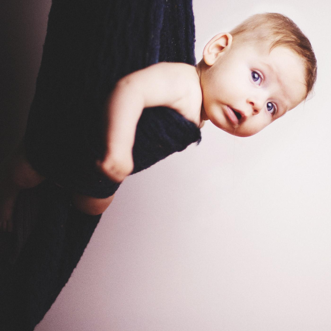 bebe de cuatro meses envuelto en una bufanda y colgando