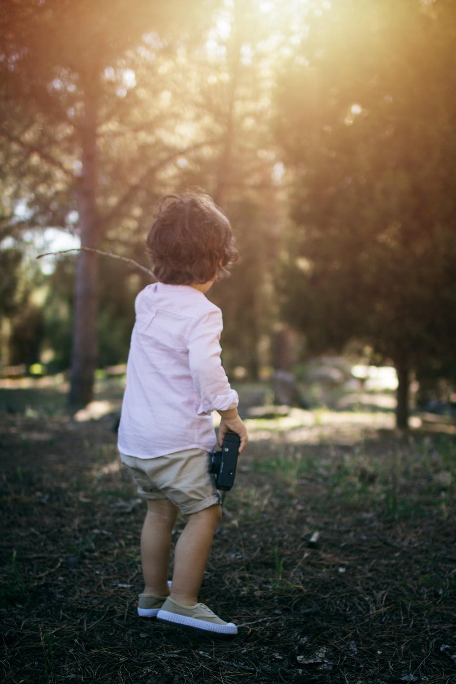 niño con una cámara de fotos que da indicaciones sobre como hacer una foto con la mejor luz