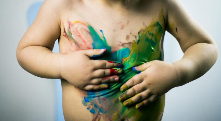 niño pintandose el cuerpo con colores de ikea