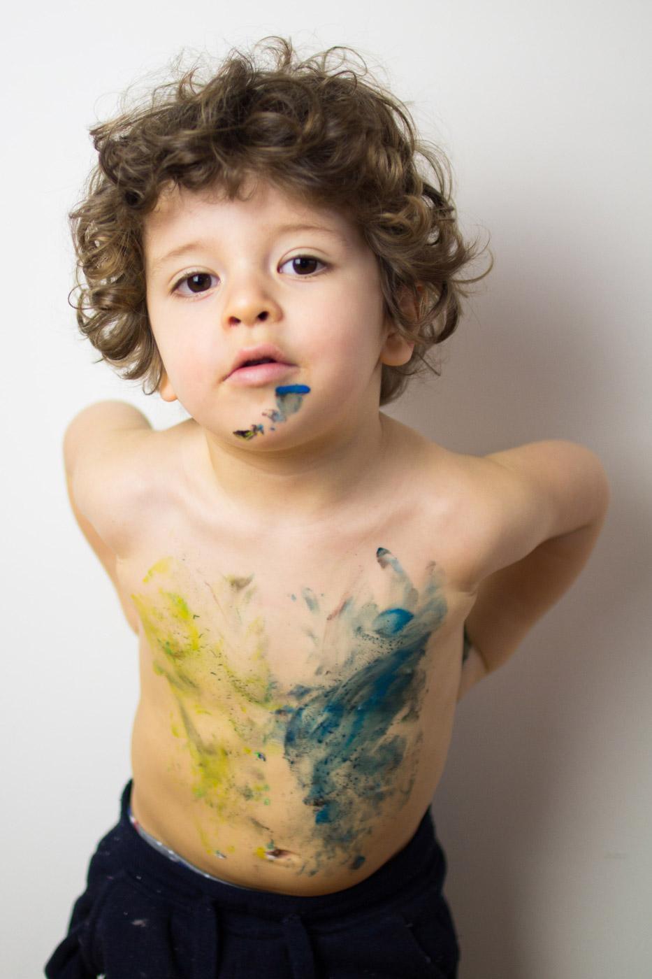 niño de dos años con pinturas en el cuerpo