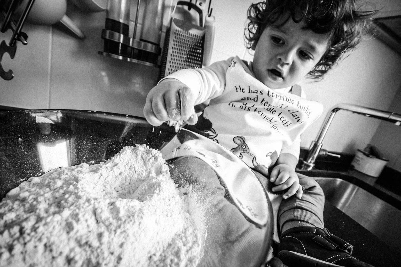 foto de un niño jugando con la harina para hacer pizza