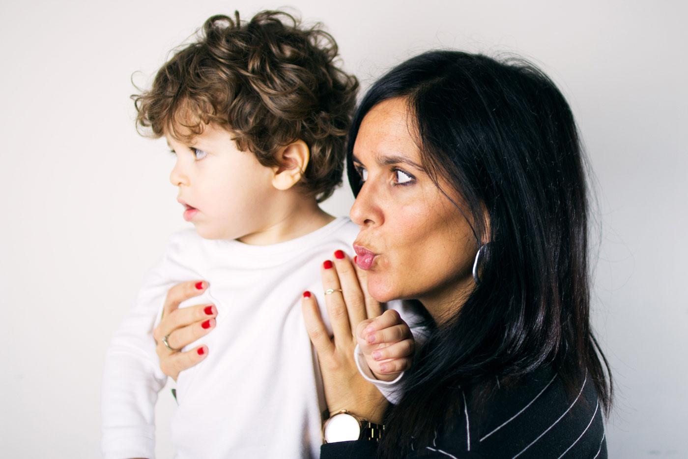 madre y hijo posando para una foto con fondo blanco