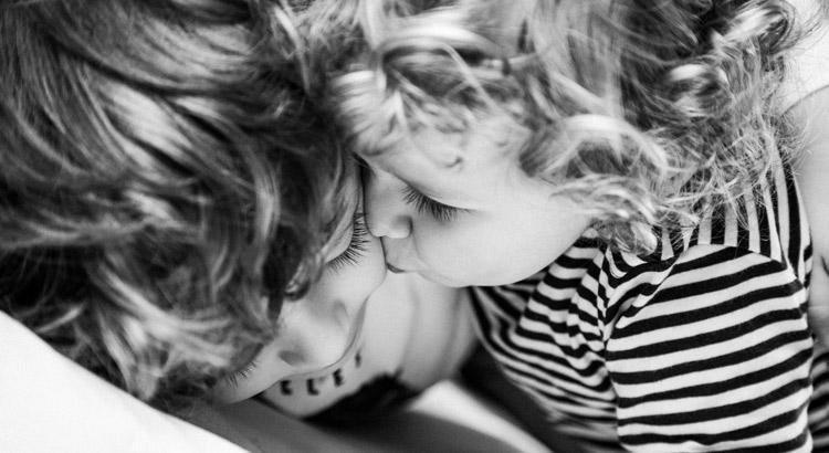 hermanos dandose un beso